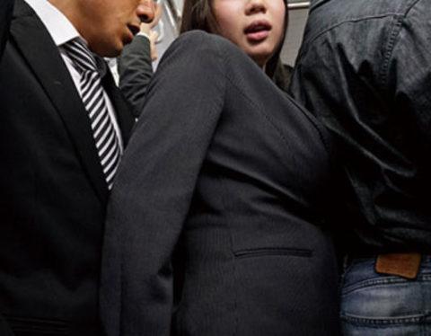 【エロ画像】満員電車での爆乳女子の末路…デカすぎる弊害が大きいwwwww・22枚目