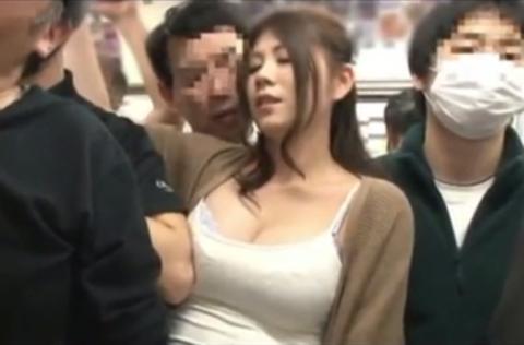 【エロ画像】満員電車での爆乳女子の末路…デカすぎる弊害が大きいwwwww・24枚目