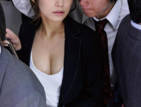 【エロ画像】満員電車での爆乳女子の末路…デカすぎる弊害が大きいwwwww・28枚目