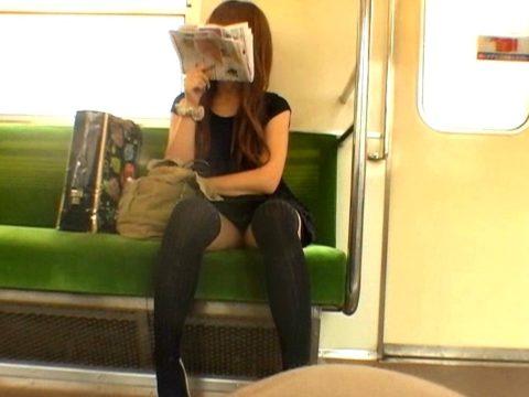 【盗撮】電車で前に座った女のパンツを撮影したヤツのアングル天才すぎwwww・3枚目