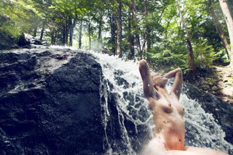 全裸少女、大自然の中で「水浴び」してる光景。これ何処の国だよ・・・(エロ画像)・5枚目