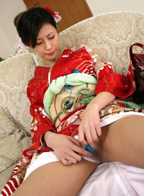 【エロ画像】着物が肌蹴けた女さんの画像。成人の日はこんな女ばっかやろなwwwww・6枚目