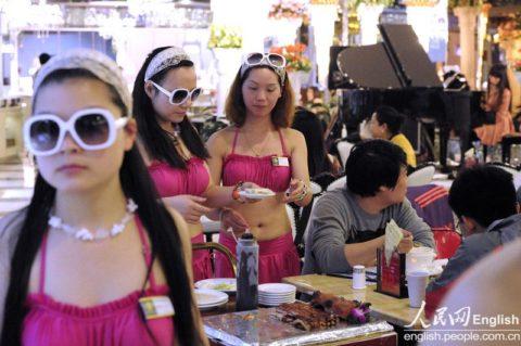 オッパイの谷間でリピーターを増やす中国の怪しい居酒屋が撮影されるwwwww(画像あり)・7枚目