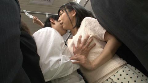 【エロ画像】満員電車での爆乳女子の末路…デカすぎる弊害が大きいwwwww・7枚目