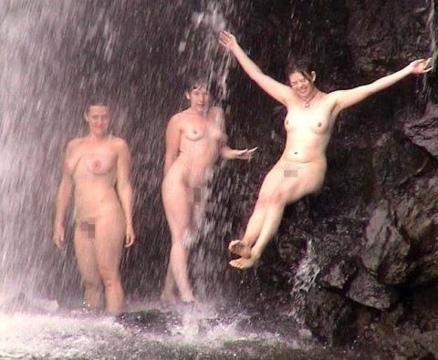 全裸少女、大自然の中で「水浴び」してる光景。これ何処の国だよ・・・(エロ画像)・8枚目