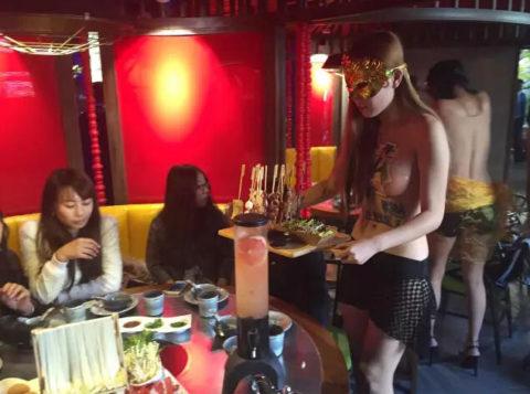 オッパイの谷間でリピーターを増やす中国の怪しい居酒屋が撮影されるwwwww(画像あり)・8枚目