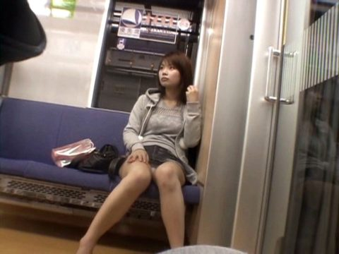 【盗撮】電車で前に座った女のパンツを撮影したヤツのアングル天才すぎwwww・9枚目