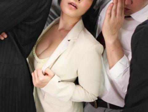 【エロ画像】満員電車での爆乳女子の末路…デカすぎる弊害が大きいwwwww・9枚目