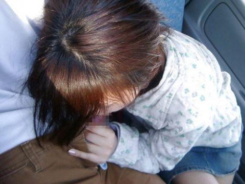 【フェラ】渋滞中に、女「暇やなぁ…せやっ!」ってなったらこうなるwwwww(エロ画像)・1枚目