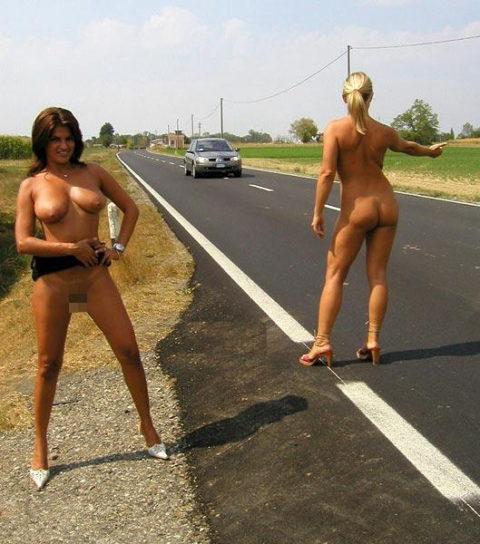 【全裸】美女のヒッチハイカーに遭遇。ただ 全裸 やったwwwwwww(画像あり)・10枚目