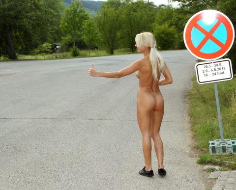 【全裸】美女のヒッチハイカーに遭遇。ただ 全裸 やったwwwwwww(画像あり)・11枚目