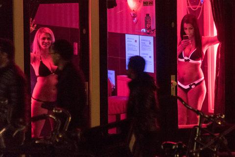 【売春婦】オランダの「飾り窓」とかいうシステム考えたヤツ天才すぎwwwwww(画像あり)・12枚目