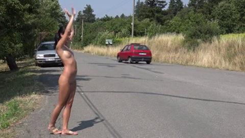 【全裸】美女のヒッチハイカーに遭遇。ただ 全裸 やったwwwwwww(画像あり)・12枚目