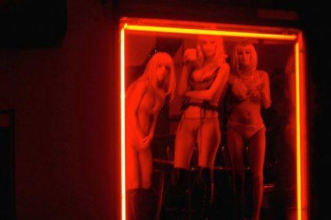 【売春婦】オランダの「飾り窓」とかいうシステム考えたヤツ天才すぎwwwwww(画像あり)・13枚目