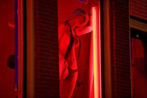 【売春婦】オランダの「飾り窓」とかいうシステム考えたヤツ天才すぎwwwwww(画像あり)・14枚目