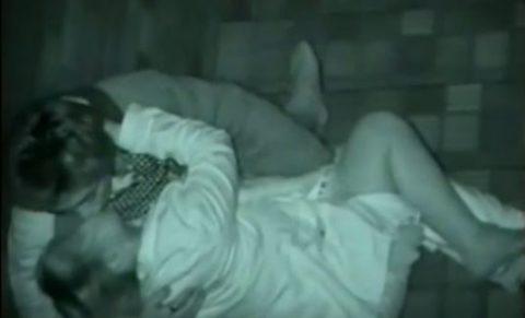 【エロ画像】深夜の公園で 合体 してるカップルが激写されるwwwwww・15枚目