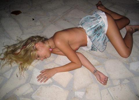 おっぱい丸出しで寝てる彼女激写したったwwwwww的なエロ画像(106枚)・59枚目