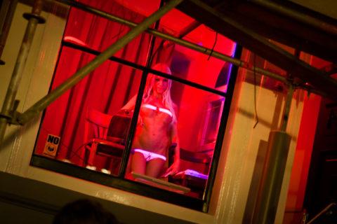 【売春婦】オランダの「飾り窓」とかいうシステム考えたヤツ天才すぎwwwwww(画像あり)・17枚目
