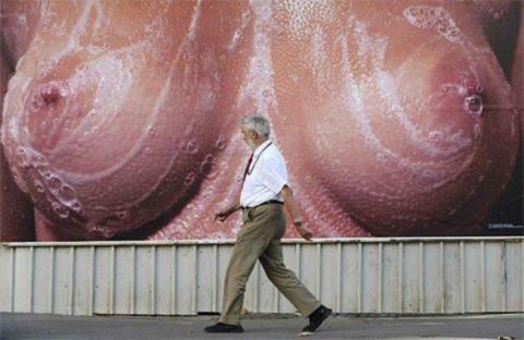 【エロ画像】ガチでエロすぎる広告画像集。おっぱいデカすぎて草wwwwww・18枚目