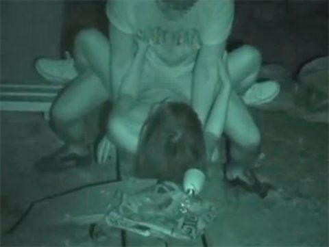 【エロ画像】深夜の公園で 合体 してるカップルが激写されるwwwwww・18枚目