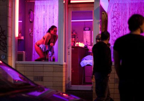 【売春婦】オランダの「飾り窓」とかいうシステム考えたヤツ天才すぎwwwwww(画像あり)・19枚目