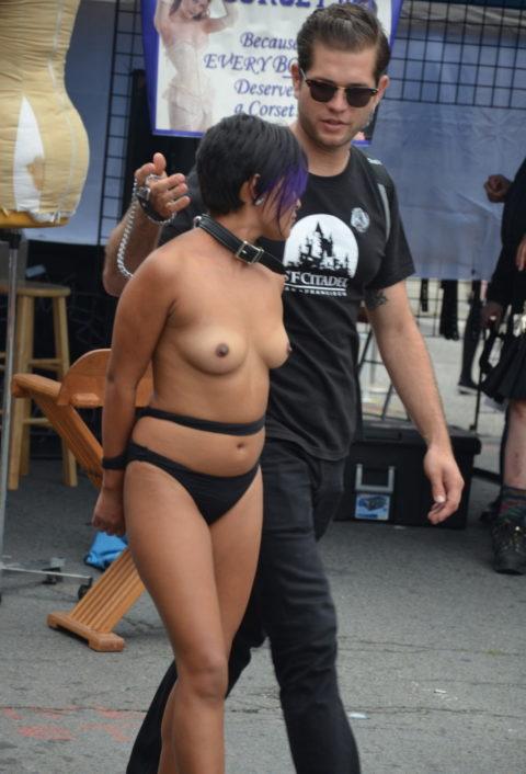 【海外エロ】大勢のギャラリーの前で「公開SM」した女さん…恥ずかしすぎやろwwwww・19枚目