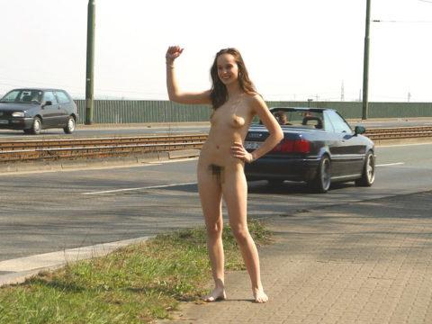 【全裸】美女のヒッチハイカーに遭遇。ただ 全裸 やったwwwwwww(画像あり)・19枚目