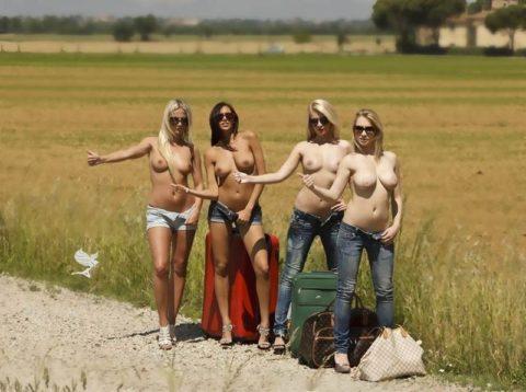【全裸】美女のヒッチハイカーに遭遇。ただ 全裸 やったwwwwwww(画像あり)・2枚目