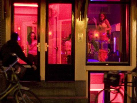【売春婦】オランダの「飾り窓」とかいうシステム考えたヤツ天才すぎwwwwww(画像あり)・23枚目