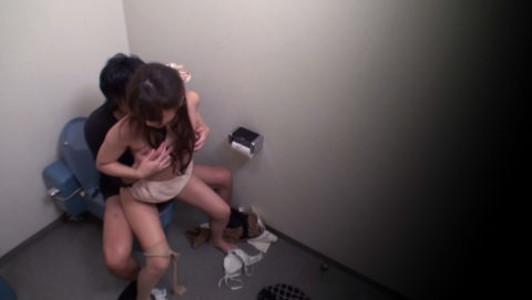 【エロ画像】OL女さん、社内トイレでガチセックスしちゃうwwwwwwww・24枚目