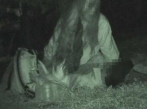 【エロ画像】深夜の公園で 合体 してるカップルが激写されるwwwwww・24枚目