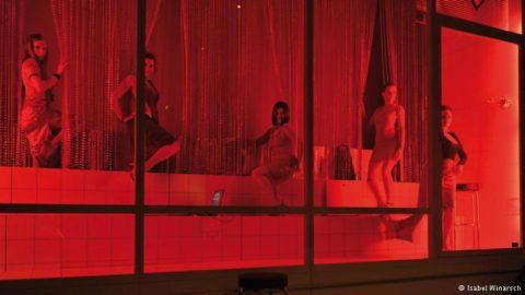 【売春婦】オランダの「飾り窓」とかいうシステム考えたヤツ天才すぎwwwwww(画像あり)・26枚目