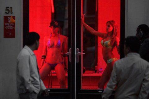 【売春婦】オランダの「飾り窓」とかいうシステム考えたヤツ天才すぎwwwwww(画像あり)・28枚目