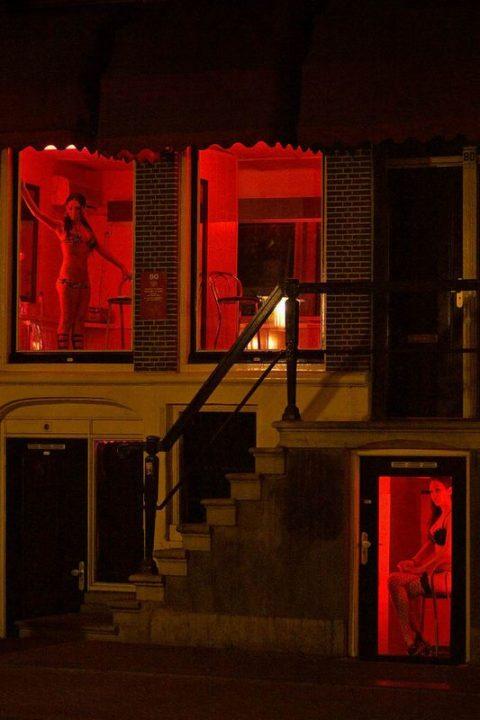 【売春婦】オランダの「飾り窓」とかいうシステム考えたヤツ天才すぎwwwwww(画像あり)・29枚目