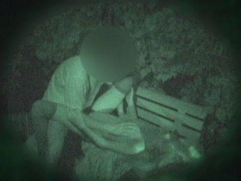 【エロ画像】深夜の公園で 合体 してるカップルが激写されるwwwwww・29枚目