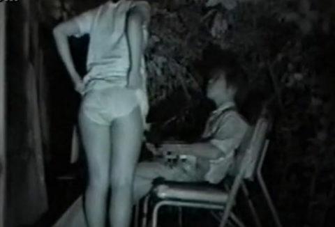 【エロ画像】深夜の公園で 合体 してるカップルが激写されるwwwwww・32枚目