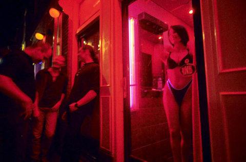 【売春婦】オランダの「飾り窓」とかいうシステム考えたヤツ天才すぎwwwwww(画像あり)・5枚目