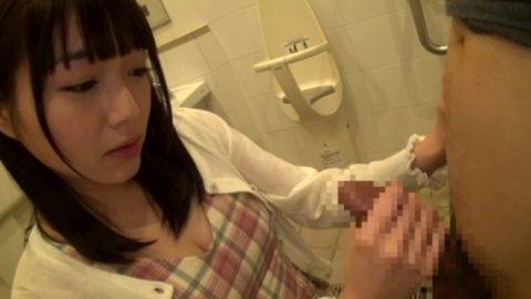 【エロ画像】身体障害者用のトイレで「セックス」するアホが撮影されるwwwww・4枚目