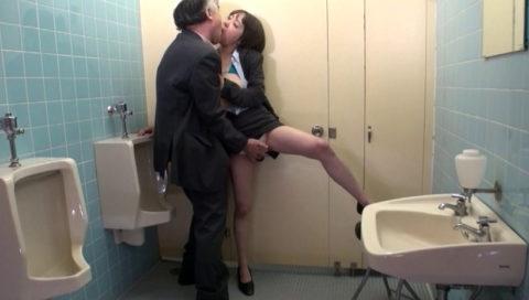 【エロ画像】OL女さん、社内トイレでガチセックスしちゃうwwwwwwww・6枚目