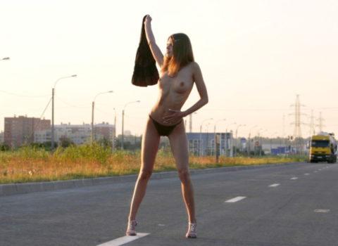 【全裸】美女のヒッチハイカーに遭遇。ただ 全裸 やったwwwwwww(画像あり)・7枚目