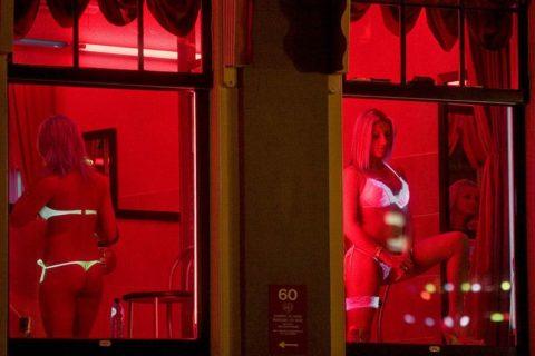 【売春婦】オランダの「飾り窓」とかいうシステム考えたヤツ天才すぎwwwwww(画像あり)・8枚目