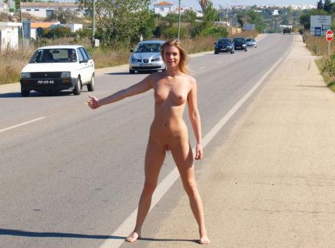 【全裸】美女のヒッチハイカーに遭遇。ただ 全裸 やったwwwwwww(画像あり)・9枚目