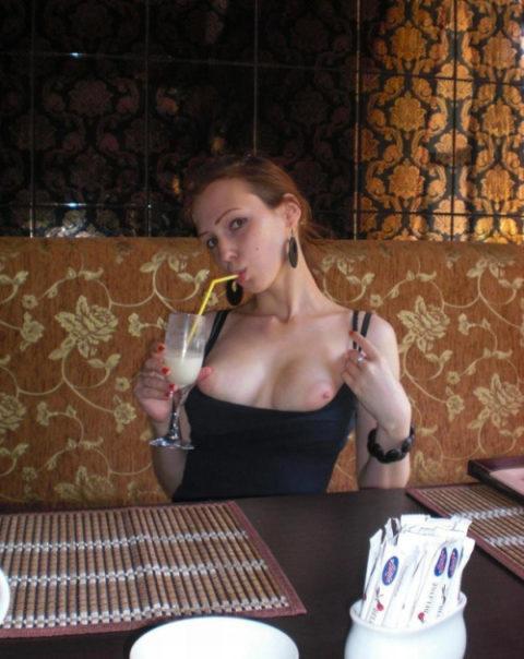 【おっぱい】閑静なカフェで「おっぱいチャンレンジ」に挑戦した女さんwwwwww・1枚目
