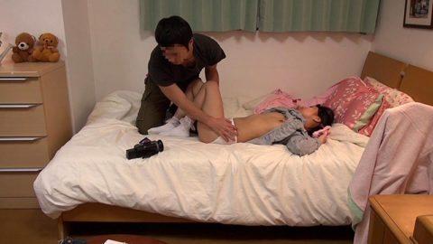 【エロ画像】熟睡してる女の子にイタズラしてるマジキチの画像。。・10枚目