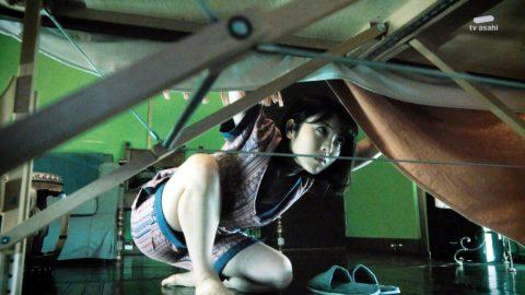 【浜辺美波】テレ朝「アリバイ崩し承ります」でガッツリ胸チラしたシーンがこれwwwwwww(エロ画像)・12枚目