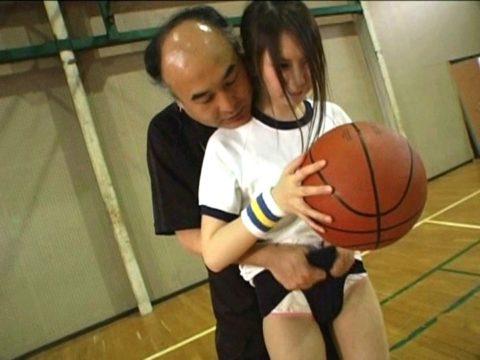【エロ画像】スポーツ女子のコーチ、やっぱりセクハラは当たり前のようです。。。・13枚目