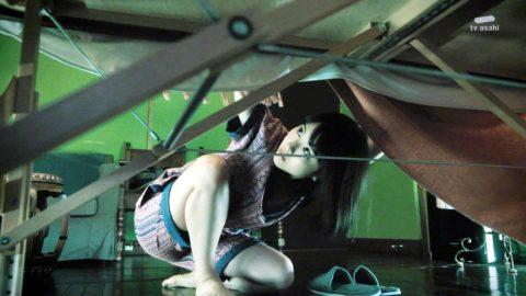 【浜辺美波】テレ朝「アリバイ崩し承ります」でガッツリ胸チラしたシーンがこれwwwwwww(エロ画像)・14枚目