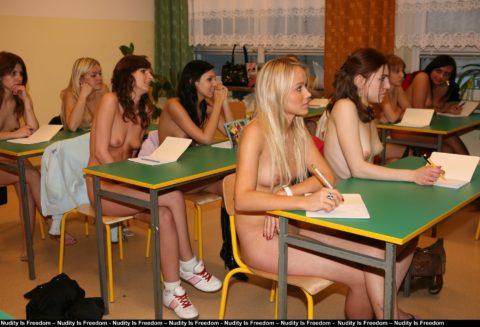 全裸で学校の授業を受ける生徒たちが撮影される。何の宗教なの??wwwww(エロ画像)・15枚目