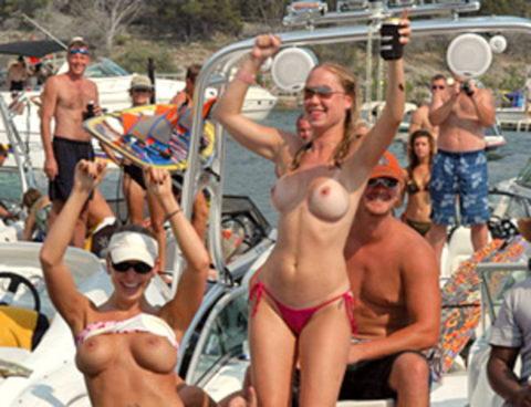 【エロ画像】海外の船上パーティー。このセレブの遊びは羨ましい・・・・17枚目
