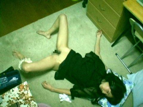 【エロ画像】熟睡してる女の子にイタズラしてるマジキチの画像。。・18枚目
